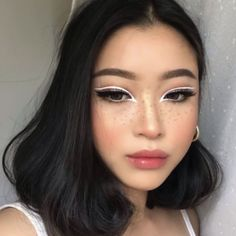 Is the eyeliner just a line decorated at the end of the eye? Can a simple extension draw the right eyeliner? And can only paint black? Gold Eyeliner, Smokey Eyeliner, Natural Eyeliner, No Eyeliner Makeup, White Eyeliner Looks, Eyeliner Ideas, Eyeliner Hacks, Winged Eyeliner Hooded Eyes, Eyeliner For Downturned Eyes