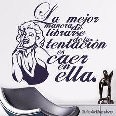 """Vinilo de frase célebre de Marilyn Monroe: """"La mejor manera de librarse de la tentación es caer en ella"""""""
