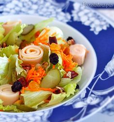 """Salada de Verão!Os ingredientes que usei nesta salada são: - """"Cama"""" de alface americana picada; - Cenoura ralada; - Rolinhos feitos com peito de peru e queijo muçarela; - Picles de pepino em rodelas; - Uvas passas brancas e pretas; - Nozes picadas."""