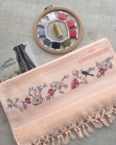 günaydınlar mutlu haftalar herkese🙋🏼♀️☀️yeni haftaya yeni bir modelle başlayalm ozaman❣️❣️bilgi ve sipariş için DM'den… Cross Stitch Borders, Cross Stitch Patterns, 3d Origami, Blackwork, Diy And Crafts, Embroidery, Plastic Canvas, Blog, Embroidered Towels