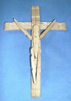 """Crucifijo de pinzas de madera, una de las manualidades que """"no se escapaba"""""""