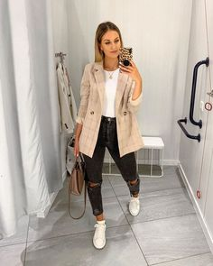 outfits women street chic Look com blazer Blazer Outfits, Mom Outfits, Classy Outfits, Trendy Outfits, Cute Outfits, Fashion Outfits, Sneaker Outfits, Hijab Fashion, Fashion Tips