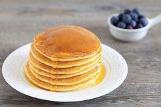Basta amalgamare gli ingredienti e in un solo minuto, con l'aiuto del Bimby, soffici pancake sono prionti per essere serviti per la colazione o brunch speciale. American Breakfast, Coconut Custard, Custard Filling, Light Recipes, Biscotti, Pasta Recipes, Nutella, Pancakes, Food And Drink