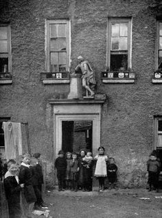 Statue of Shakespeare, above the door of Riversdale House, Kilmainham. Built in 1728 by Sir Simon Bradstreet, it later became a semi-derelict slum. Dublin Street, Dublin City, Old Time Photos, Old Pictures, Photo Engraving, Ireland Homes, Vintage London, Slums, Dublin Ireland