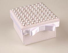 Caixa forrada com tecido por dentro e por fora com tampa de pérolas aplicadas com laço chanel