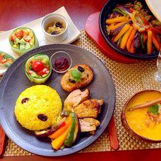 今宵は南アフリカ料理でHitした「黄色ご飯」ターメリックとシナモンシュガーと干しぶどうのご飯で合わせてみました お代わりのご飯、おかず食べちゃったのでチビ〜ズにはレトルトカレーかけてあげて追い干しぶどうリクエストで完食w✌️ - 94件のもぐもぐ - Tonight Amigo's Moroccan Dinnerモロッコナイト前菜・冷製キャロットスープ・モロッカンチキンタジン by Ami