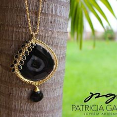 ▪️▪️▪️PG▪️▪️▪️ Collar con gota cuarzo ahumado, ágata y cristales negros▪️▪️▪️ #pg #joyeriaartesanal #hechopormexicanos #mexicocreativo #hechoenmexico #artesanos #losmochis #handmadejewelry #necklace #cuarzo #collar #mexico