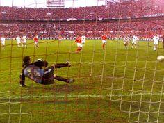 Em 2003, Simão Sabrosa marca de penalti, o último golo do Benfica no antigo Estádio da Luz.