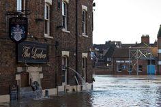 Un #pub di #York svuotato dall'acqua che ha invaso le strade della città in seguito alle forti #piogge che hanno colpito il Nord dell'#Inghilterra. Migliaia di abitanti sono stati evacuati, mentre il Paese si appresta a fronteggiare nuove pesanti precipitazioni. (© Getty Images)