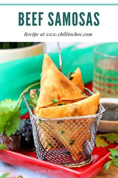 Samosas are crispy triangle pastries. These crunchy deep-fried snacks are filled with delicious stuffings from vegetable to chicken to beef. In this recipe, we will make a scrumptious mince beef filling. South African Recipes, Indian Food Recipes, Gourmet Recipes, Beef Recipes, Healthy Recipes, Ethnic Recipes, Curry Recipes, Keema Samosa, Samosas