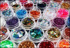Come Preparare i glitter in casa, servono: 1/4 tazza di sale * 1/2 cucchiaino di colorante alimentare. -Preriscaldare il forno a 180 gradi. -Procedimento: