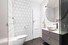 Industriellt badrum i 20-tals villa. Svart hexagonklinker och vitt 15×15 kakel med svart fog. Den vägghängda toaletten är från Ifö och spolplattan från Geberit. Handfat, kommod och väggskåp är från Svedbergs sortiment där du kan mixa och matcha så som du själv vill. Även duschvägg, blandare och handdukstork kommer ifrån Svedbergs. Den stora runda spegeln är beställd från Svenssons i Lammhult.