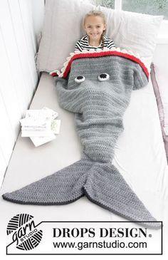 Gehäkelte Decke als Hai für Kinder. Größe 3-14 Jahre. Die Arbeit wird gehäkelt in DROPS Eskimo.