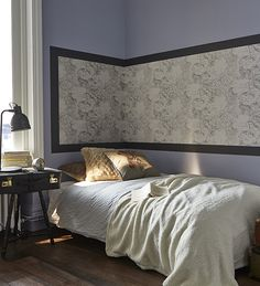 une chambre aux murs gris qui capte la lumi re gr ce sa. Black Bedroom Furniture Sets. Home Design Ideas
