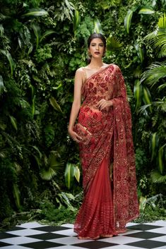 What's the latest in designer sarees among Bollywood celebs & fashion weeks? From pallus to prints to latest embellishments, discover the top fashion saree trends for 2019 for weddings & parties. Net Saree Blouse, Saree Dress, Saree Blouse Designs, Designer Bridal Lehenga, Bridal Lehenga Choli, Designer Sarees, Bridal Sari, Sabyasachi Sarees, Bollywood Bridal