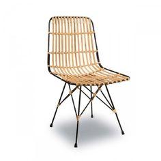 La chaise en métal et rotin Kubu avec son assise légèrement courbée est idéale pour se détendre après une longue journée de travail. Ce meuble au style lounge/voyage fait partie de la nouvelle collection de l'éditeur hollandais DutchBone.