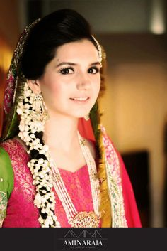 simple mehndi outfit - jasmine flowers, simple jewelry . colorful mehndi outfit, pakistani traditional bride