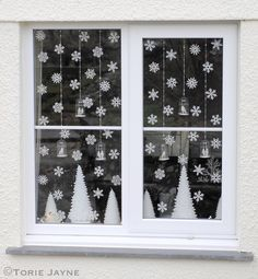 Decorating the window for Christmas is incredibly important. Here are some Christmas Window Decor Ideas that you'll like. Elegant Christmas, Winter Christmas, Christmas Home, Christmas Windows, Christmas Mantles, Christmas Villages, Victorian Christmas, Winter Snow, Christmas Christmas