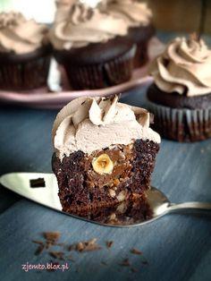 Babeczki Ferrero Rocher – Zjem to! Ferrero Rocher Cupcakes, Food Cakes, Cookie Recipes, Deserts, Cookies, Breakfast, Sweet, Recipies, Cakes