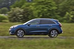 Cool Kia 2017: 2016 Kia Niro review and first drive - different than Sportage? Check more at http://cars24.top/2017/kia-2017-2016-kia-niro-review-and-first-drive-different-than-sportage-2/