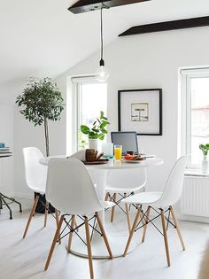 10 Tips For Small Dining Rooms Small dining room? Turn your small dining room into the focal point of your house with these 10 tips. White Dining Set, Small Dining, Dining Sets, Round Dining, Scandinavian Style Home, Scandinavian Interior Design, Scandinavian Fashion, Simple Interior, Scandinavian Kitchen