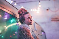 Молодой фотограф из Нью-Йорка Brandon Woelfel создаёт абсолютно волшебные снимки с размытыми огоньками и невероятной цветовой гаммой. Молодой человек работает со многими хипстерскими lifestyle-брендами и создаёт для них чудесные лукбуки. Брэндон почти всегда снимает наNikon D750, а лучшимвременем для того, чтобы сделать свой идеальный снимок, онсчитает первые минуты после заката солнца. Но главное, конечно, в...