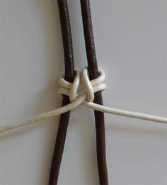 Hola chicas!! Aquí estoy de nuevo más feliz que una perdiz!! Os he echado de menos muchísimo!!!! Sigo sin internet asi que estoy en casa... Jewelry Knots, Bracelet Knots, Braided Bracelets, Macrame Jewelry, Macrame Bracelets, Bracelets For Men, Diy Jewelry, String Bracelets, Leather Bracelet Tutorial