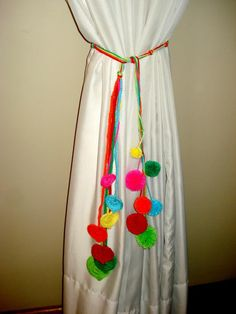 AGARRADERAS PARA CORTINAS AL CROCHET FACILES - Buscar con Google Curtain Holder, Curtain Tie Backs, Crochet Bunting, Flower Curtain, Crochet Home, Bottle Crafts, Tassels, Diy And Crafts, Projects To Try