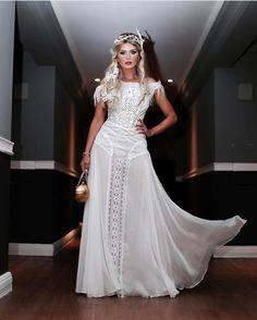 Mais uma do baile! @maridalla caprichou no look para o #bailedavogue2017 e também serve de inspiração para as noivas de plantão. Achei que o modelo tem tudo a ver com casamento na praia. O modelo foi inspirado no elemento do signo de gêmeos que é AR! Mari escolheu um vestido longo bem fluido e com hot pants da @helorochaoficial cabelos longos com tranças dreads e borboletas. Arrasou!!! ----------------------------------------------- . Penteado por @waltermleal Faixas da @niltacabelos…