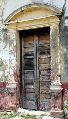 Rustic & worn wood door & archway I like :) Old Doors, Windows And Doors, Door Knockers, Door Knobs, Entrance Doors, Doorway, When One Door Closes, Gate Handles, Security Door