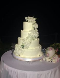 Specialità dolciarie d'eccezione. Wedding cake in total white by Alba Catering Luxury Banqueting.