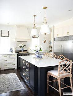 Spring kitchen decor, white and black kitchen with blue and white accesories. Layout Design, E Design, Black Kitchens, Cool Kitchens, Kitchen Interior, Kitchen Design, Kitchen Ideas, Kitchen Inspiration, Spring Kitchen Decor