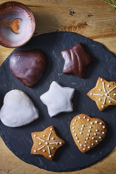 Bake yourself some love with these beautiful gingerbread lebkuchen. German Christmas Cookies, German Cookies, Christmas Biscuits, Christmas Desserts, Christmas Baking, Cocoa Cinnamon, Painted Cakes, Biscuit Cookies, Happy Foods