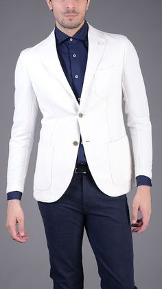 Single breasted skinny blazer, two pockets, chest pocket, two button fastening. 45% cotton, 55% linen. Size 48.