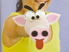 Lavoretto con bicchieri di plastica: la mucca