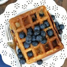 An easy recipe for healthy Blueberry Buttermilk Waffles Pollo Y Waffles, Bacon Waffles, Buttermilk Waffles, Chicken And Waffles, Waffle Ice Cream Sandwich, Waffle Cake, Blueberry Crumb Bars, Strawberry Waffles, Quinoa Bites