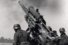 Расчёт 88-мм зенитного орудия FlaK 18 ведёт огонь.