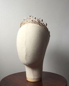 Custom hair crown with leaf details Crown Hairstyles, Wedding Hairstyles, Fantasy Hair, Fantasy Dress, Elf Hair, Wedding Headband, Bridal Hair, Prom Jewelry, Jewellery