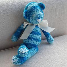 Urso em crochê medindo 44 cm em pé e 27 cm sentado.