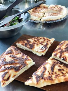 KHACHAPURI – GEORGIANSK OSTEBRØD Khachapuri Recipe, Feta, Arabic Food, Crackers, Real Food Recipes, French Toast, Grilling, Recipies, Brunch