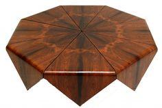 JORGE ZALSZUPIN - PÉTALA Espetacular e rara mesa de centro executada em laminado de madeira prensado, curvado e folheado de jacarandá. Brasil, anos 60. 130 x 130 x 31 cm de altura.