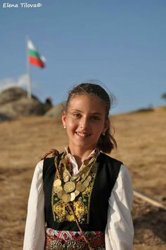 Elhovo Greek Costumes, Art Populaire, Trotter, Folk Costume, Smile Face, Ethnic Fashion, Marie, Globe, Favorite Things