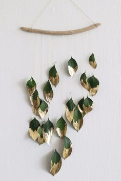 Christmas DIY decor idea Ditch the tinsel and add some natural shine to your holiday decor with this minimalist gold-leaf wall hanging. Ditch the tinsel and add some natural shine to your holiday decor with this minimalist gold-leaf wall hanging. Diy Wand, Home Crafts, Diy Home Decor, Diy And Crafts, Decor Crafts, Buy Decor, Wreaths Crafts, Yarn Wreaths, Upcycled Crafts