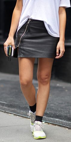Want to look casual but not scrubby, and dressed up but not formal? Leather skirts with a loose-fitting top tucked in does the trick. Pretty Outfits, Beautiful Outfits, I Hate Pants, Classy Closets, Athleisure Fashion, Leather Skirts, Loose Fitting Tops, Cute Skirts, Sporty Style