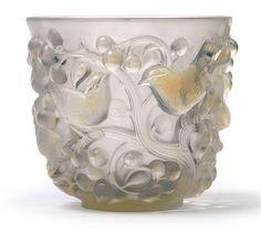 Rene Lalique - Vase Avallon - René Lalique, Wingen-sur-Moder, Entwurf 17. Jänner 1927, weiß opalisiertes, formgepresstes Glas mit reliefierten Vögeln zwischen Beerenranken, Unterseite mit geschnittener Signatur R. Lalique sowie Nr. 986, Höhe 14,5 cm