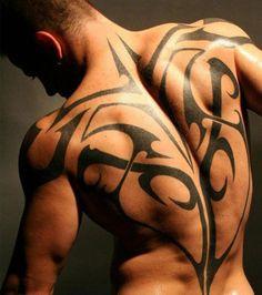 Tatouage de motifs tribaux simples sur le dos, mettant en valeur les muscles
