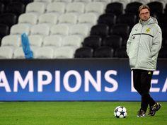 Jürgen Klopp steht entspannt auf dem Spielfeld der Donbass Arena in Donezk und beobachtet das Training seiner Mannschaft.    Der Trainer von Borussia Dortmund bereitet sich mit dem Team auf das Achtelfinal-Hinspiel in der Champions League gegen Schachtjor Donezk vor. (Foto: Marius Becker/dpa)