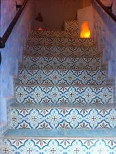 Zementfliesen, Marokko. cement tiles, morocco Moroccan Pattern, Moroccan Tiles, Cement Steps, Tile Stairs, Moroccan Interiors, Spanish Tile, House Tiles, Interior Garden, Islamic Architecture