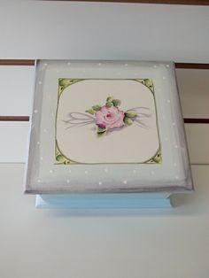 caixa em mdf pintada a mão com 4 divisorias medida da caixa 20x20x9cm