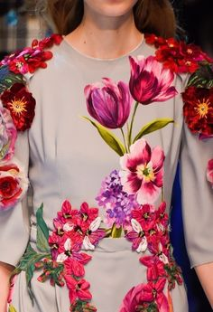 Dolce & Gabbana at Milan Fashion Week Fall 2016 - Details Runway Photos Floral Fashion, Modern Fashion, Imperial Fashion, Les Beatles, Designer Party Wear Dresses, Fashion Details, World Of Fashion, Ideias Fashion, Style Inspiration